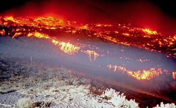 The lava flow and a blinding floodlight. (Photo: Tom Pfeiffer)