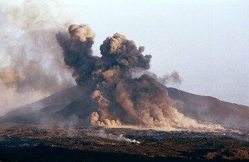 Aschenwolken nach einem seitlichen Ausbruch am 2500 m Krater. (Photo: Tom Pfeiffer)