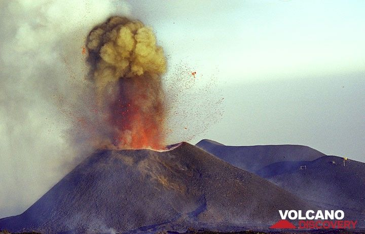 Loud, detonating explosion from the new cone.  (Photo: Tom Pfeiffer)
