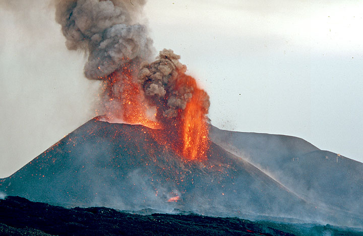 Powerful eruption from both vents on the cone. (Photo: Tom Pfeiffer)