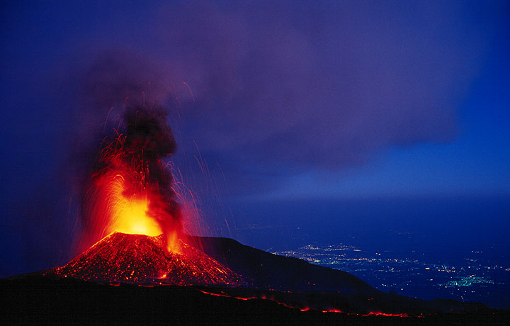 The erupting crater at 2500 m elevation, the light ash plume drifting towards Catania in the background. (Photo: Tom Pfeiffer)