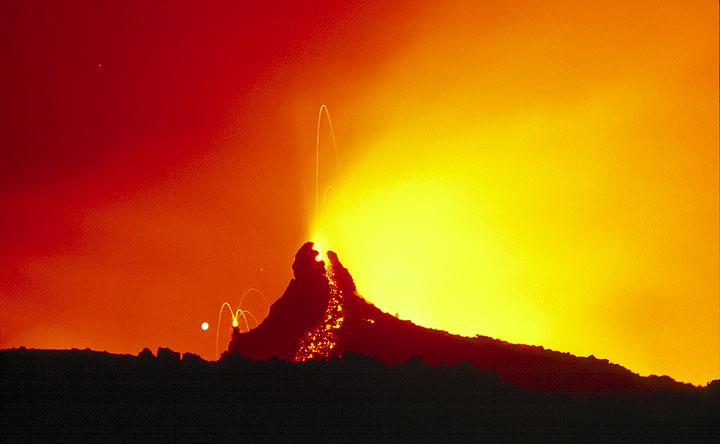 Lava-spitting hornitos (Photo: Tom Pfeiffer)