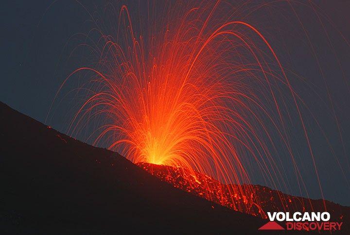 Strombolianischer Ausbruch an der Bocca auf 2900 m Höhe am Fuß des Südostkraters. (Photo: Tom Pfeiffer)