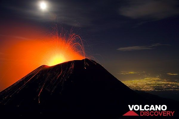 Strombolian activity at Etna's SE crater in October 2006. The lights of Catania in the background. (Photo: Tom Pfeiffer)