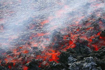 Etna volcano (Italy), strombolian activity from SE cratr and lava flow in October 2006 (Photo: Tom Pfeiffer)