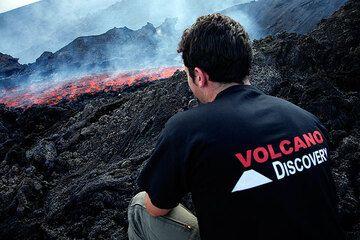 Watching the lava flow (Photo: Tom Pfeiffer)