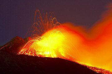 Lava enorme burbujas ráfaga dentro del cráter con auges detonante, lanzando tamaño camión bombas de lava a muchos cientos metros en todas las direcciones. (Photo: Tom Pfeiffer)