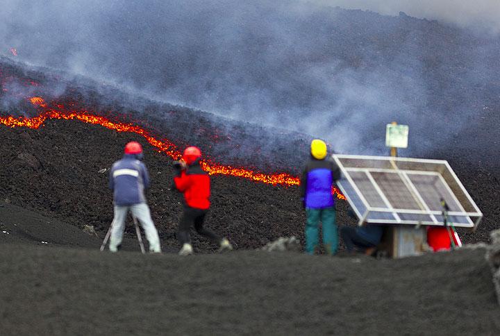 Lava watchers observing the lava flow. (Photo: Tom Pfeiffer)