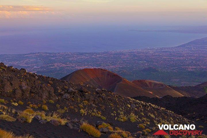 Abendlicht über der Monti Silvestri Krater und den Golf von Catania im Hintergrund weit unten. (Photo: Tom Pfeiffer)