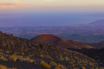 Evening light over the Monti Silvestri craters and the Gulf of Catania in the background far below. (Photo: Tom Pfeiffer)