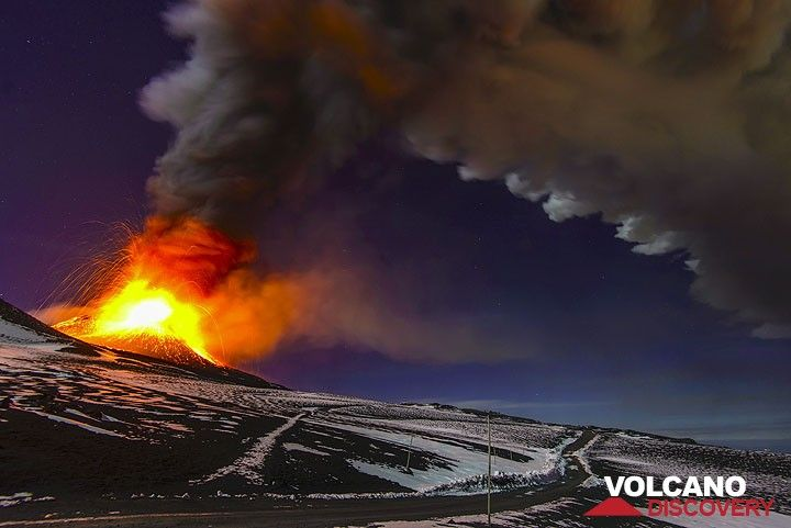 The plume drifts to the east where ash fall occurs. (Photo: Tom Pfeiffer)