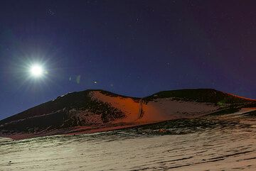 Reflected glow on the snow on the eastern flank of the 2002 cones. (Photo: Tom Pfeiffer)