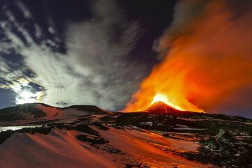 The moon has sunken behind the 2002 cones and the eruption is slowly waning. (Photo: Tom Pfeiffer)