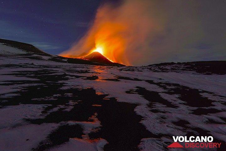 Erupting New SE crater at dawn. (Photo: Tom Pfeiffer)
