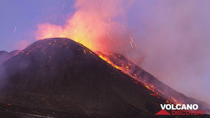 The cone has probably grown about 20 meters during this eruption. (Photo: Tom Pfeiffer)