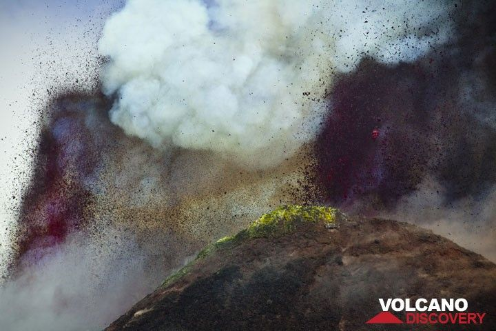 """Lava fountains start to rise from both the summit vent and (to the left) the vent located in the saddle between the """"old"""" and """"new"""" SE crater. (Photo: Tom Pfeiffer)"""