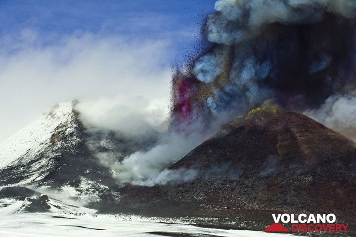 Along with the now sustained, about 200 m tall lava fountains, a dense ash plume start to rise. (Photo: Tom Pfeiffer)
