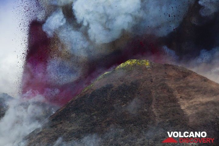 Zoom onto the New SE crater and the lava fountains. (Photo: Tom Pfeiffer)