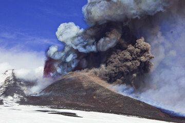 A large explosion on the eastern side of the summit produces a dense brown ash cloud. (Photo: Tom Pfeiffer)