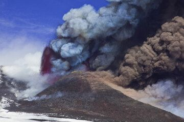 The eruption becomes progressively more violent. (Photo: Tom Pfeiffer)