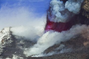 Zoom onto the lava fountain from the saddle vent. (Photo: Tom Pfeiffer)