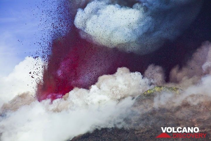 Sustained lava fountains are rising with a hissing noise, difficult to describe. (Photo: Tom Pfeiffer)