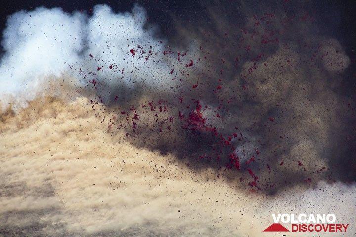 Exploding magma bubble. (Photo: Tom Pfeiffer)