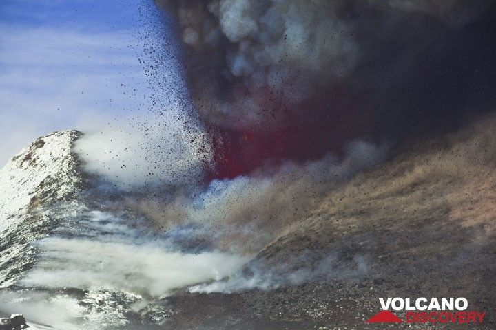 The eruption still increases. (Photo: Tom Pfeiffer)