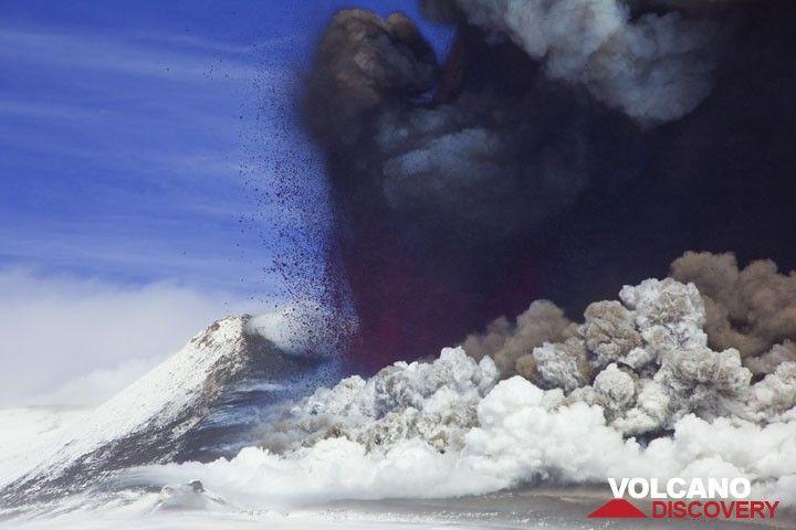 400 m tall lava fountain. (Photo: Tom Pfeiffer)