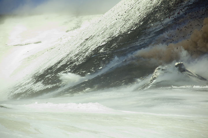 A large bomb impacts on snow. (Photo: Tom Pfeiffer)