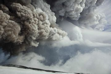 The eruption plume from Etna's paroxysm on 28 Feb 2013 drifting to the east. (Photo: Tom Pfeiffer)