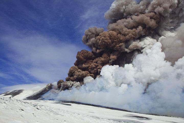 Después de haber alcanzado su punto máximo, la erupción disminuye rápidamente, pero todavía un penacho de ceniza marrón denso sube alto del respiradero de la fisura. (Photo: Tom Pfeiffer)