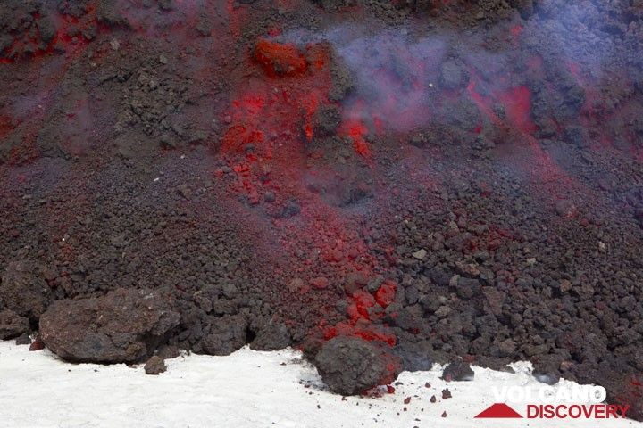 Advancing aa lava flow on fresh snow. (Photo: Tom Pfeiffer)
