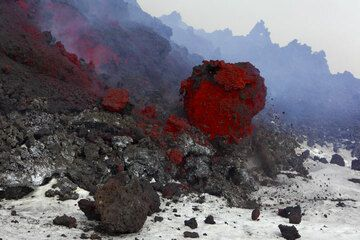 Large (about 1.5 m accross) lava ball rolling from the lava flow front. (Photo: Tom Pfeiffer)