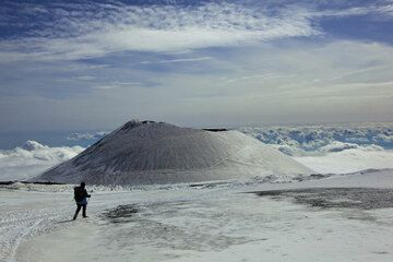 Walking back after an exciting experience on Etna... (Photo: Tom Pfeiffer)