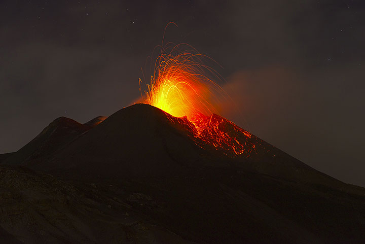 In the evening of 10 Nov, strombolian explosions at the New SE crater occur every few seconds. (Photo: Tom Pfeiffer)