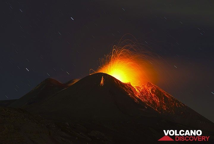 Strombolian activity at the New SE crater 10 Nov evening. The sky is still clear. (Photo: Tom Pfeiffer)