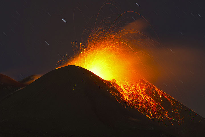 For hours, this strombolian activity remains almost stable and increases only very slowly. (Photo: Tom Pfeiffer)