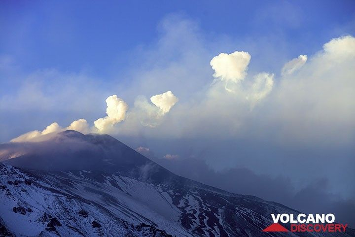 Il pomeriggio successivo (12 novembre), le piste superiori dell'Etna sono tutto bianche di neve. La fase principale del parossismo è finita, ma le esplosioni ogni minuto o così continuare presso il NSEC. È interessante notare che, molti di loro producono vapore anelli, spesso in una riga. (Photo: Tom Pfeiffer)