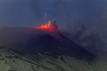 The darker it gets, the more impressive the glow from the lava becomes. (Photo: Tom Pfeiffer)