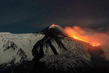 Etna volcano: lava flows from New SE crater 8-9 Feb 2014 (Photo: Tom Pfeiffer)