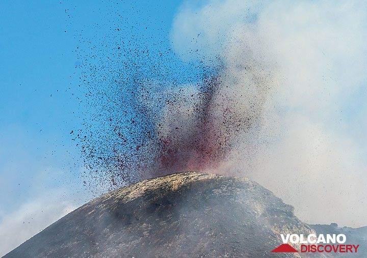 Bursts of liquid lava from the summit vent of the NSEC occurred at intervals of few seconds. (Photo: Tom Pfeiffer)