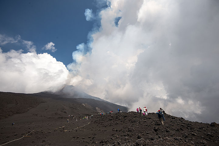 Tourists climbing Etna this Sunday morning were lucky to be allowed to observe the activity from approx. 2700 m elevation. (Photo: Tom Pfeiffer)