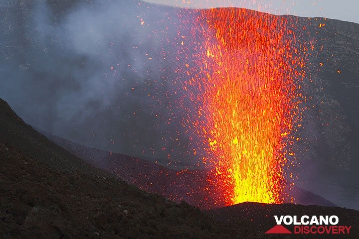 Strong strombolian eruption from an active vent of the May 2008 fissure on the upper E flank of Etna. (Photo: Tom Pfeiffer)