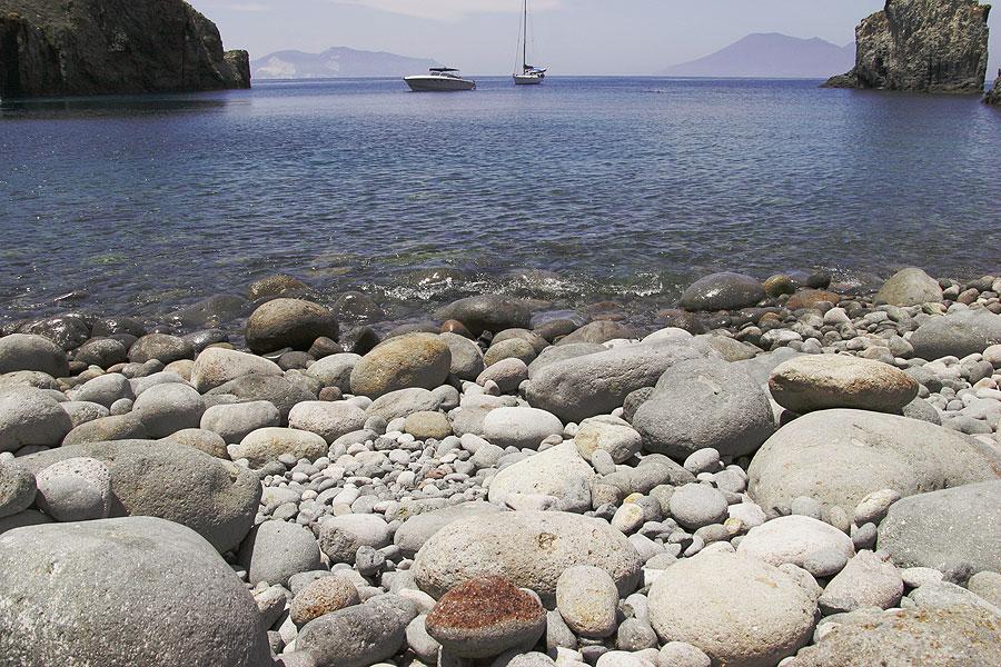 Pebbes at the magnificient Cala Junco beach on Panarea (Photo: Tom Pfeiffer)