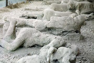 En 79 après j.-c., une violente éruption du volcan Vésuve a détruit plusieurs villes romaines, les enterrer sous les épaisses couches de cendres volcaniques et de conserver une grande partie des structures et des œuvres d'art. Le plus célèbre d'entre elle est Pompéi, qui a été creusé au cours des siècles passés. (Photo: Tom Pfeiffer)