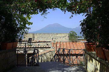 Vesuvius volcano seen from Pompei (Photo: Tom Pfeiffer)