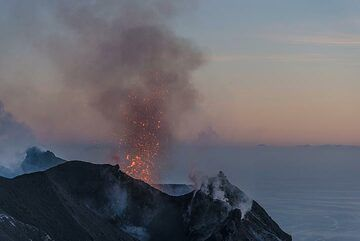 Another small eruption at sunset - the lava now becomes easier to spot. (Photo: Tom Pfeiffer)