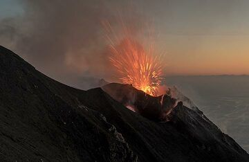 As it slowly gets darker, the lava from the explosions becomes more and more visible. (Photo: Tom Pfeiffer)