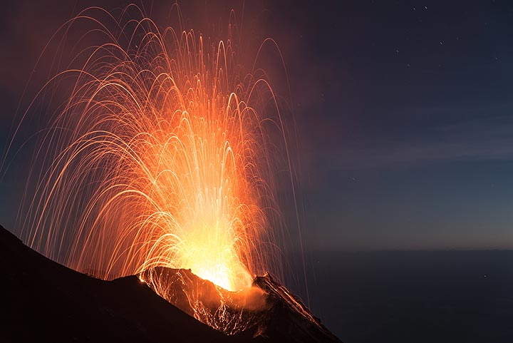 Finally, when it is almost completely dark, explosions from the eastern craters become larger. (Photo: Tom Pfeiffer)